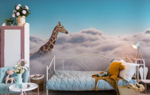 Fototapette Giraffe in Wolken im Kinderzimmer
